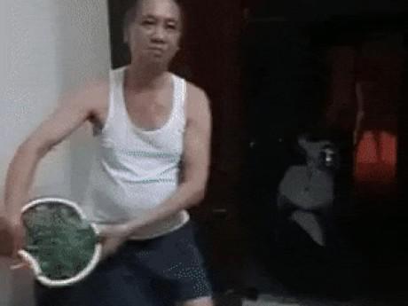 Thách vẩy rau lấy 200 nghìn, hai mẹ con khiến ông bố ngượng ngùng giận dỗi vô cùng đáng yêu