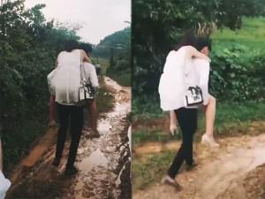Chàng trai cõng bạn gái đi qua sình lầy tưởng được ngưỡng mộ, ai ngờ bị ném đá dữ dội