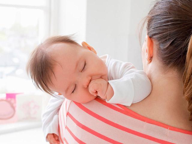 Trẻ sơ sinh ngủ hay giật mình là do đâu?