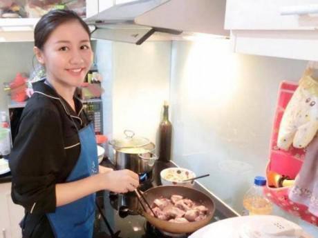 Hát hay nhưng ít ai biết Văn Mai Hương còn nấu ăn cực khéo, tự tay nấu nguyên mâm cỗ