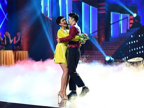 Hoa hậu H'Hen Niê mất kiểm soát, ôm chầm lấy trai đẹp trên sân khấu