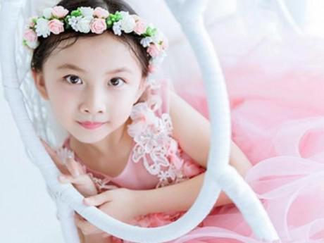 Mặc quần áo màu hồng khiến bé gái nhút nhát, ủ rũ và bị cô lập