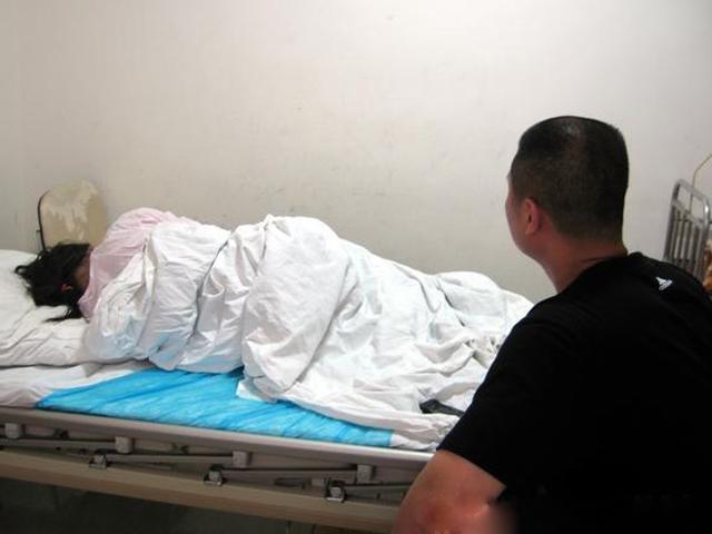 Vết mổ đẻ của vợ rỉ máu sau sinh vài tuần, chồng không ngờ bị bác sĩ mắng té tát