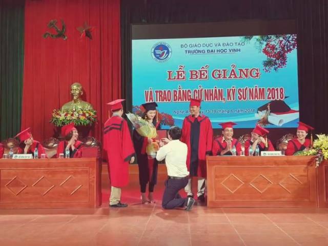 Thầy giáo Đại học Vinh quỳ gối cầu hôn nữ sinh ngày tốt nghiệp gây tranh cãi