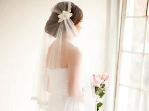 """Tin tức - Cô dâu """"đá"""" chú rể trước giờ cưới, vẫn mặc váy chụp ảnh với khách vì lý do bất ngờ"""