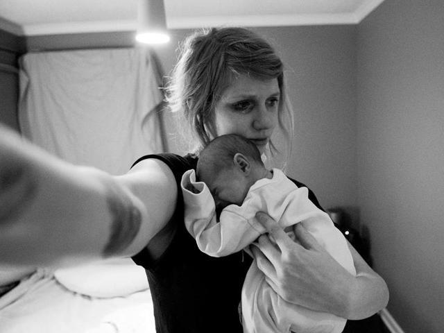 Bộ ảnh lột tả hiện thực trần trụi khi nuôi con nhỏ, ai làm mẹ ít nhiều đều thấu hiểu