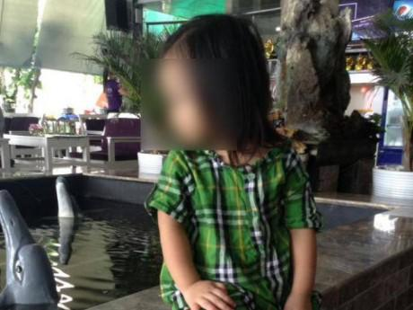 """Tin tức - Mẹ bé gái tử vong khi bố gửi ở nhà bạn: """"Tóc con bị bứt, bụng nhiều vết tàn thuốc…"""""""