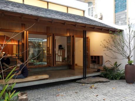 """Nhà hình phễu """"đen sì"""" gần Hồ Tây khiến người đi đường xin vào xem vì kiến trúc ấn tượng"""