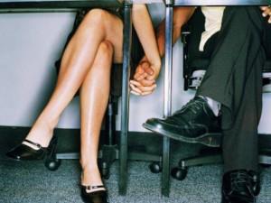 """Làm """"chuyện ấy"""" tại nơi công sở sẽ gây hứng thú với công việc hơn?"""