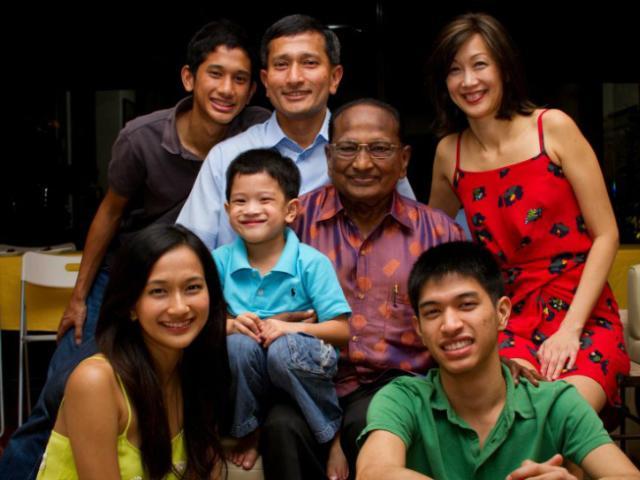 Ngoại trưởng Singapore dạy con trai: Khi hẹn hò với cô gái nào, con hãy nhìn mẹ của cô ấy