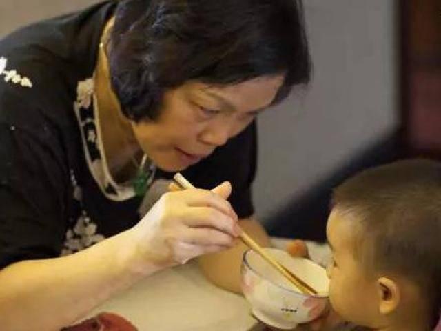 Cho ăn sai cách, bà nội bật khóc vì bác sĩ bảo cháu 10 tuổi không còn cao được nữa