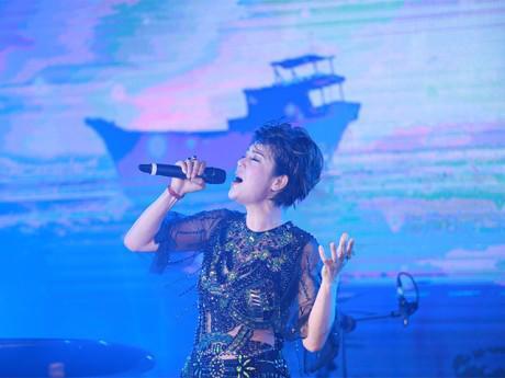 Thu Phương thả hồn mình vào âm nhạc Dương Cầm giữa vịnh Hạ Long
