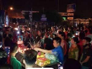 Vụ 2 thiếu nữ tử vong trên cầu ở Hưng Yên: Người thân mang quan tài nạn nhân ra phố