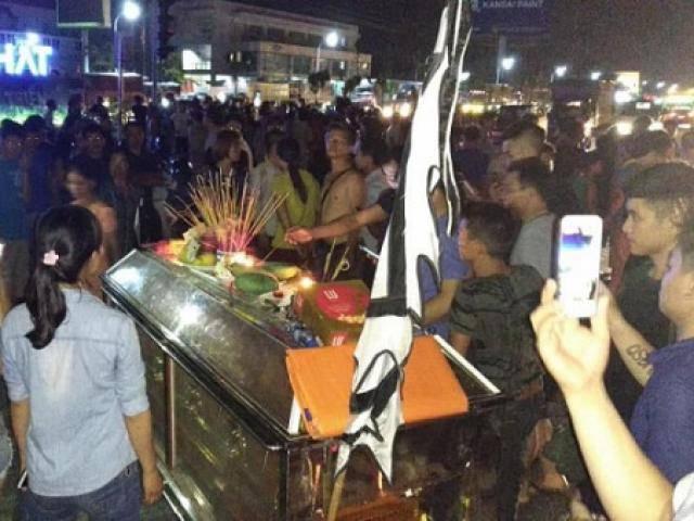 Diễn biến mới vụ 2 thiếu nữ Hưng Yên tử vong trên cầu, người nhà mang quan tài ra phố
