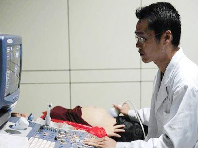 Mẹ trẻ khóc lóc vì mang thai mãi không đẻ, đi khám bị bác sĩ mắng không tiếc lời