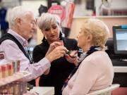Eva Yêu - Ông lão 84 tuổi học cách trang điểm cho vợ trước khi bà cụ dần mù lòa