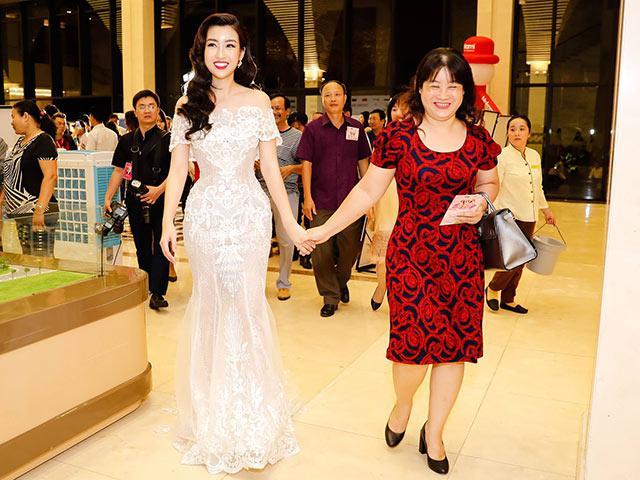 Mẹ Đỗ Mỹ Linh ăn mặc giản dị, lặng lẽ ngắm nhìn con gái làm giám khảo tại HHVN 2018
