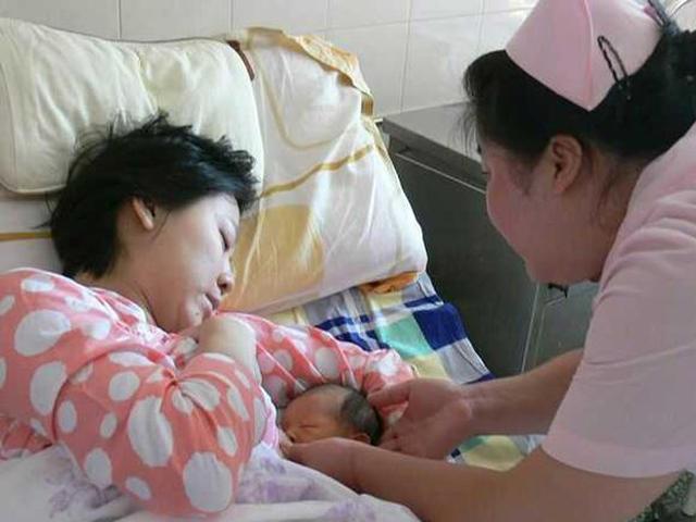 Những kiểu ăn uống sau sinh của mẹ Việt khiến bác sĩ sản khoa choáng váng