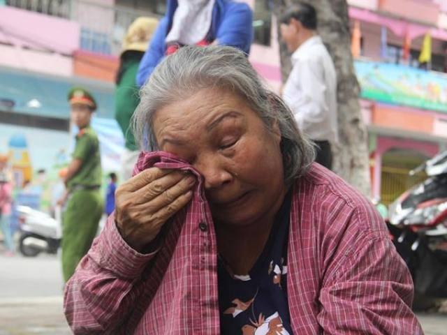 Kỳ thi THPT quốc gia: Cháu vào thi, bà ngồi khóc trước cổng trường