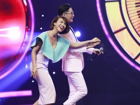 Á hậu Hoàng Oanh bất ngờ được Quán quân Giọng hát Việt tỏ tình trên sân khấu