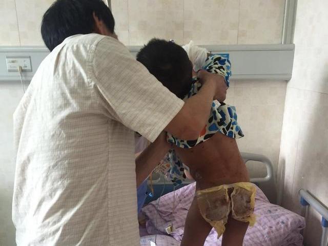 Đánh vào mông để phạt con không ngoan, bố bàng hoàng thấy con tử vong vào sáng hôm sau
