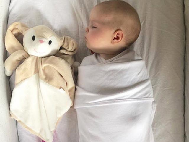 Bố trẻ đặt đồ chơi tình dục vào trong nôi giúp con sơ sinh ngủ ngon ngay lập tức
