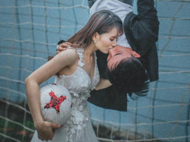 Ảnh cưới cô dâu đi giày thể thao trên sân bóng mùa World Cup gây sốt mạng
