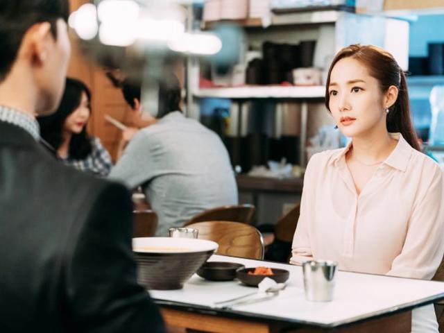 Đang hẹn hò ngon lành, Park Min Young đứng hình khi bị phá đám bởi... một bát mì!