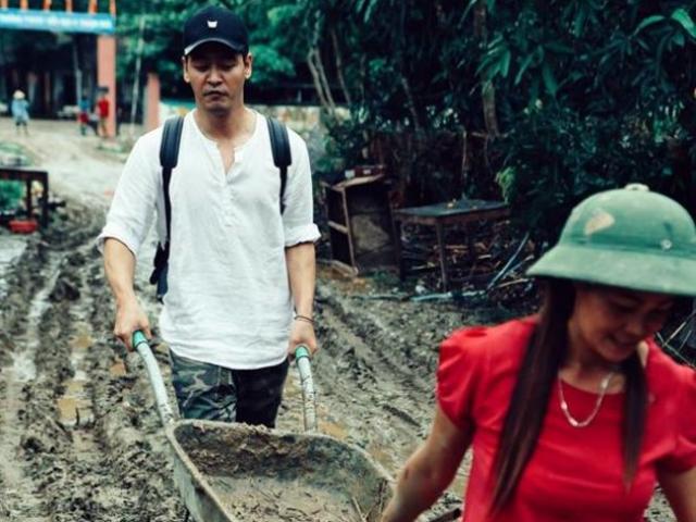 MC Phan Anh hứng trọn gạch đá vì áo quần tinh tươm khi đi từ thiện vùng lũ