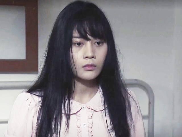 Ớn lạnh cảnh gái làng chơi tự đập chai vào bụng để phá thai hơn 4 tháng trong phim Việt