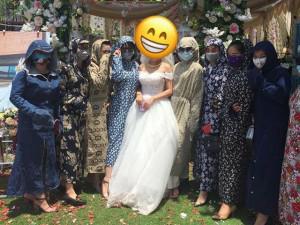 """Cư dân mạng cười """"vỡ bụng"""" trước thời trang ăn cưới kiểu Ninja của 9 cô gái trẻ"""