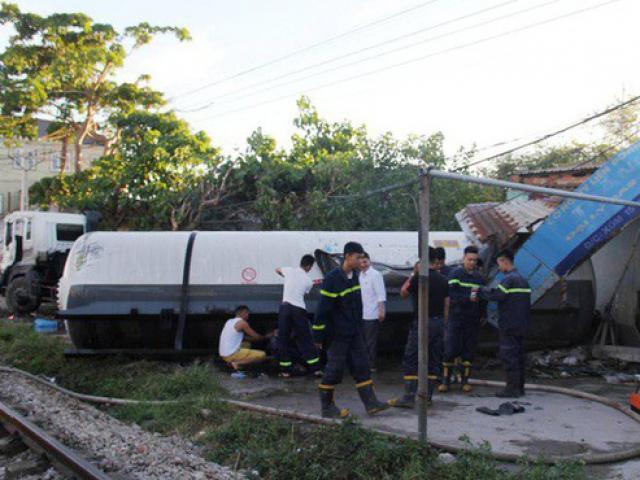 Tai nạn kinh hãi, xe bồn chở gas bị tàu hỏa tông téc gas bay vào nhà dân