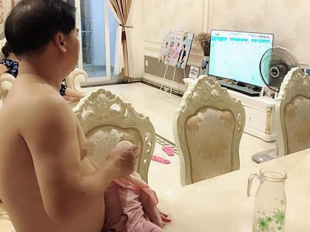 Ông bố doanh nhân thành đạt hơn vợ 25 tuổi tay bế con cho bú, mắt đảo xem World Cup