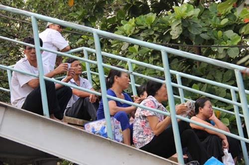 thi dai hoc: phu huynh ngu voi tren xe may - 3