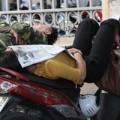 Tin tức - Thi đại học: Phụ huynh ngủ vội trên xe máy