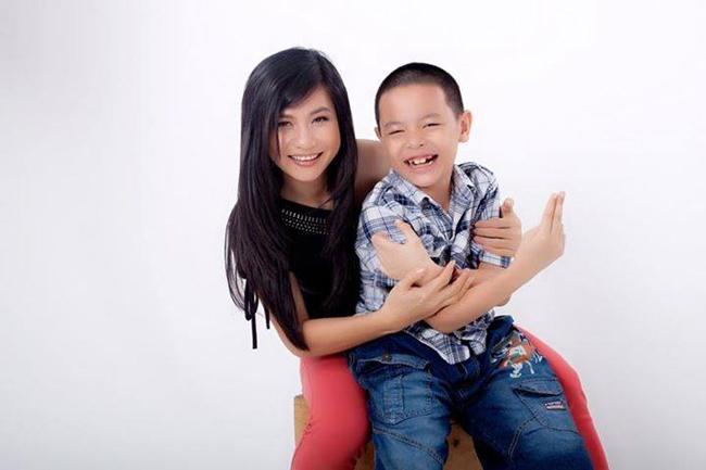 Sau 'cơn bão' của cuộc hôn nhân không trọn vẹn với Thái Hòa, giờ đây nghệ sĩ Cát Phượng bình yên và hạnh phúc bên cậu con trai nhỏ (tên thường gọi là cu Bom).