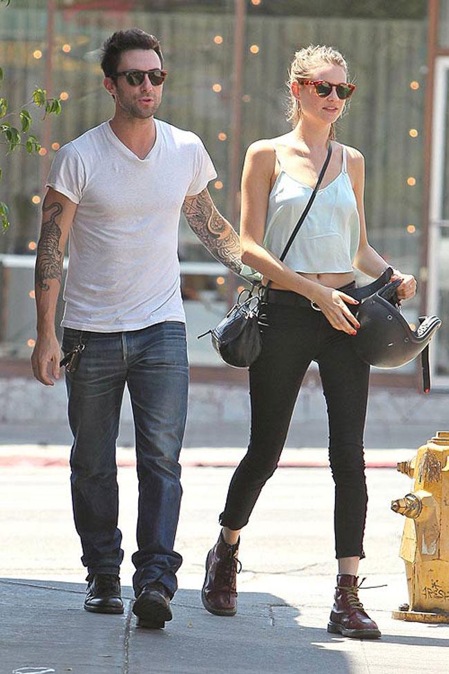 Mặc dù tuyên bố không bao giờ kết hôn, anh chàng đào hoa của Maroon 5, Adam Levine bỗng quyết định 'yên bề gia thất' với thiên thần nội y Victoria's Secret. Mới đây, cặp đôi trai tài gái sắc này thông báo họ đã đính hôn và vẽ nên một bức tranh đẹp trong làng giải trí.
