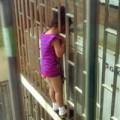 Tin tức - TQ: Giải cứu bé 5 tuổi bị kẹp đầu ở tầng 24
