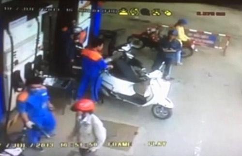 clip: 'co gai bi cuop tui xach khi dang do xang' - 3
