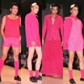 Thời trang - Mẫu nam diện váy hồng trên sàn diễn