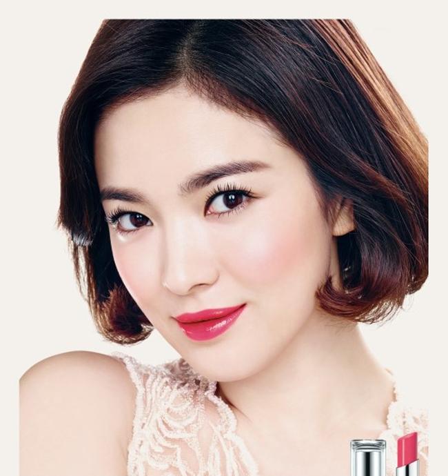 Nổi tiếng bởi vẻ đẹp tự nhiên không tỳ vết, Song Hye Kyo là cái tên mà nhiều nhãn hàng mỹ phẩm danh tiếng nhắm đến. Mới đây nhất, nữ diễn viên xinh đẹp lại vừa cho ra mắt bộ ảnh quảng cáo mới ấn tượng và quyến rũ.