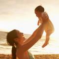 Sức khỏe - Cho bé phơi nắng buổi sáng có bị đen da?