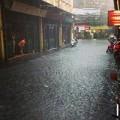 Tin tức - Mưa lớn, đường phố Hà Nội thành sông