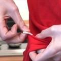 Video: Mẹo tẩy bã cao su dính quần áo