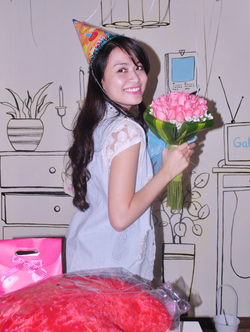 hoang thuy linh am tham to chuc sinh nhat - 2