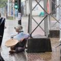 Tin tức - Bé gái 2 tuổi hành xác dưới mưa ăn xin