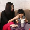 Làng sao - Vợ Phan Thanh Bình đưa con đi ăn kem