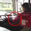Tin tức - Tài xế xe bus vừa cắt móng tay vừa lái xe 80 km/h