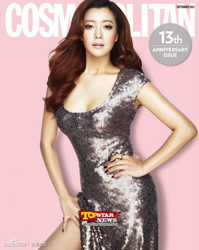 Kim Hee Sun bất ngờ xuất hiện trên trang bìa của tạp chí Cosmopolitan với phong cách gợi cảm, sexy