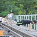 Tin tức - HN: Biến đường ray thành nơi tập thể dục, hóng mát